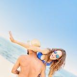 Couples fous ayant l'amusement à la plage Photographie stock