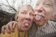 Couples fous collant à l'extérieur des langues Photo libre de droits