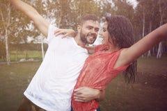 Couples fous pendant la pluie Photo stock