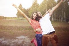 Couples fous pendant la pluie Photos stock