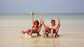Couples fous prenant un bain de soleil à l'intérieur de l'eau en cristal fantastique