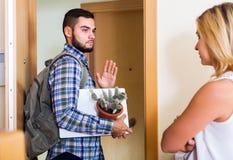 Couples frustrants se tenant à la porte Photo libre de droits
