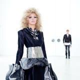 Couples futuristes noirs de couture de haute rétro Images stock