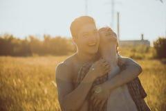 Couples gais affectueux images stock