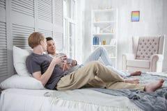 Couples gais affectueux détendant ensemble Photographie stock libre de droits