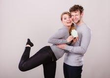 Couples gais ainsi que le modèle de bâtiment Photos libres de droits