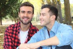 Couples gais appréciant le parc en automne Photo stock