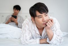 Couples gais ayant l'argument à la maison photo libre de droits