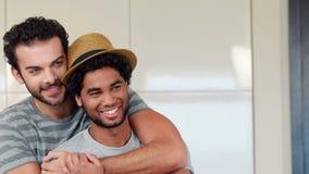 Couples gais détendant dans la cuisine banque de vidéos