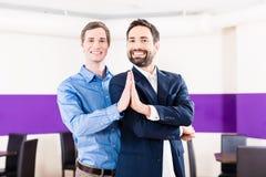 Couples gais dans l'étude de classe de danse Image libre de droits