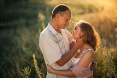 Couples gais dans l'amour embrassant et regardant l'un l'autre Images stock