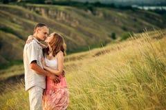 Couples gais dans l'amour se tenant ci-dessous du ravin Photographie stock