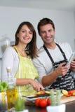 Couples gais dans la cuisine Image stock