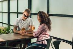 Couples gais dans profiter d'un agréable moment de café Photo libre de droits