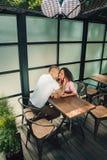 Couples gais dans profiter d'un agréable moment de café Image libre de droits