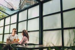 Couples gais dans profiter d'un agréable moment de café Photographie stock