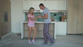 Couples gais de danse apprenant le Salsa à la maison banque de vidéos