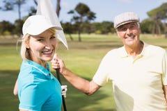 Couples gais de golfeur tenant le drapeau blanc Image stock