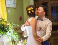 Couples gais de nouveaux mariés embrassant à la réception de mariage Photographie stock