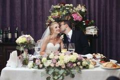 Couples gais de nouveaux mariés, mari et épouse, embrassant et grillant Photo stock