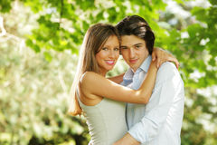 Couples gais de sourire heureux à l'extérieur Images libres de droits