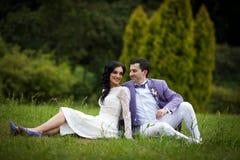 Couples gais de valentine posant et se reposant dans le domaine de parc Photographie stock libre de droits