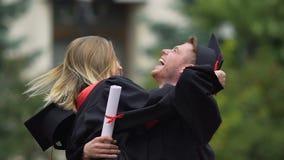 Couples gais des étudiants de graduation étreignant, appréciant la vie heureuse ensemble banque de vidéos