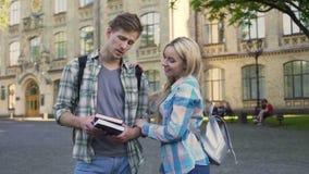 Couples gais des étudiants plaisantant et parlant près de l'université, relations banque de vidéos
