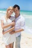 Couples gais embrassant et posant sur la plage un jour ensoleillé Photographie stock libre de droits
