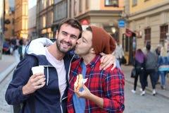 Couples gais embrassant passionément sur la rue Images libres de droits