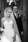 Couples gais et romantiques des nouveaux mariés posant près de la vieille porte Photographie stock