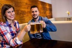 Couples gais grillant la bière Photos libres de droits
