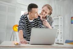Couples gais heureux envoyant l'invitation en ligne Photos libres de droits