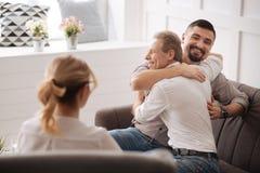 Couples gais heureux joyeux étant dans l'amour Image stock