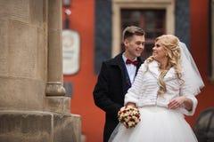Couples gais heureux, mari et épouse, étreignant dans le vieil Européen Photographie stock libre de droits