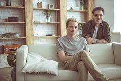 Couples gais heureux posant à leur appartement photo libre de droits