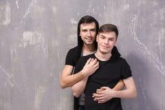 Couples gais heureux sur le fond de couleur Images libres de droits