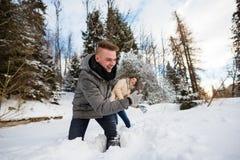 Couples gais jouant dans la neige Images libres de droits