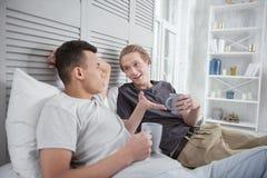 Couples gais méditatifs discutant des plans Image libre de droits