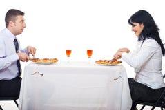 Couples gais mangeant de la pizza photographie stock