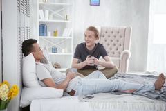 Couples gais optimistes partageant leurs sentiments Images libres de droits