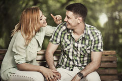 Couples gais parlant et souriant dehors Photographie stock