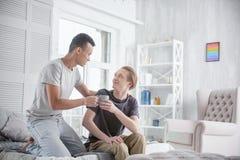 Couples gais gais partageant la boisson Photographie stock libre de droits