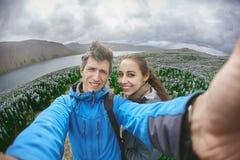 Couples gais posant sur la nature en Islande Image libre de droits