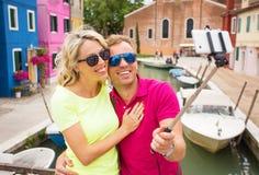 Couples gais prenant la photo de selfie avec le smartphone Photographie stock