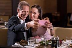 Couples gais prenant un selfie dans le restaurant Image stock