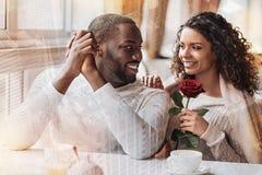 Couples gais regardant l'un l'autre avec amour Image stock