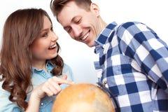 Couples gais regardant le globe Photo libre de droits