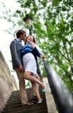 Couples gais riant sur les escaliers Photos stock