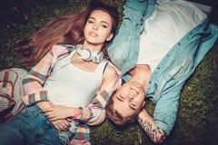 Couples gais se reposant en parc vert Photographie stock libre de droits